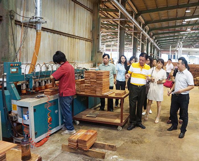国寿红木家具董事长陈国寿先生向店长及管理层人员